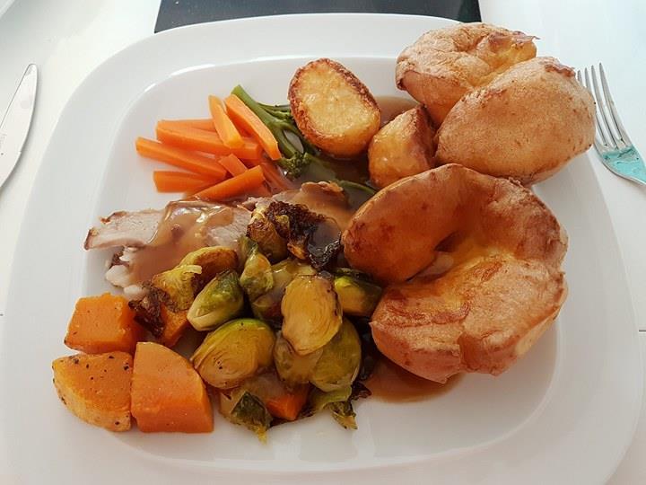 Aldi Roast Dinner – British Pork, Yorkshire Pudding, Roasties and Veg